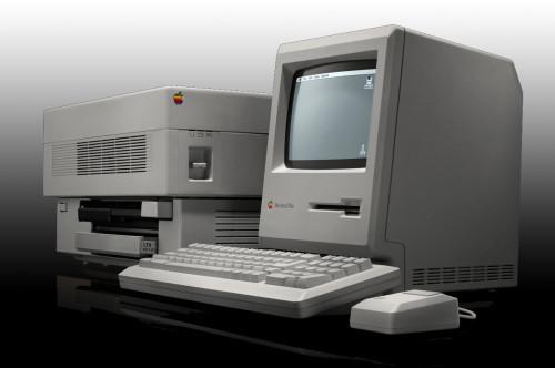Macintosh Plus et une LaserWriter, retouchés pour mieux les faire ressortir ©Apple