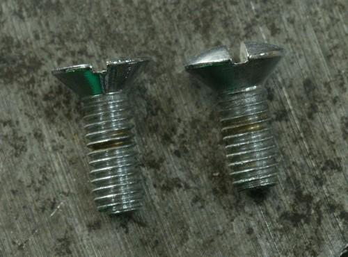 Deux vis inox M4 12 tête fraisée, mais une plate, l'autre tête bombée.
