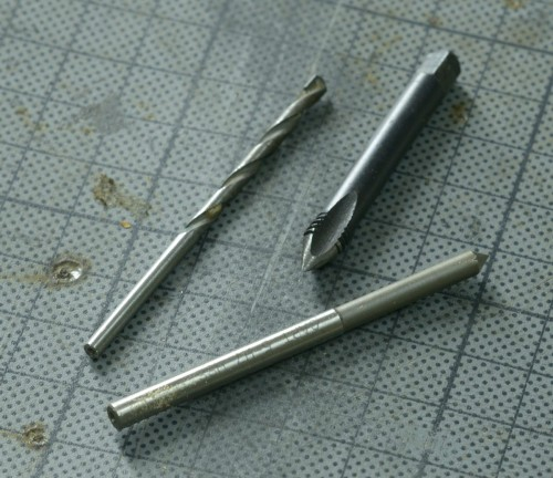 Pour le centrage du taraud, on utilisera une vielle mèche monté sur la perceuse à colonne, la main gauche actionnant le tourne à gauche et la droite mettant un peu de pression.