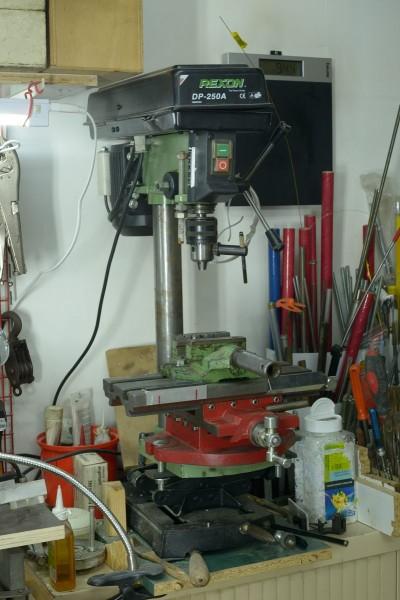 Pour faire du travail propre, ce genre de machin est vraiment indispensable (une perceuse d'établi avec son étau de perceuse, sa table croisée et un cric (pas de crémaillère sur la colonne, avec une trentaine de kilos à monter, ça ne le faisait pas trop).