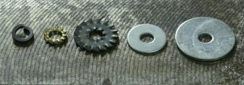Assortiment de rondelles en Ø 6, de gauche à droite : une Grower, deux rondelles frein à dents, deux rondelles lisses