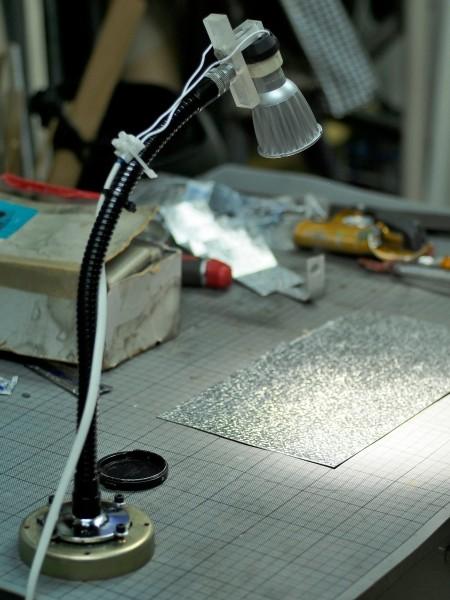 Une petite lampe, avec flexible de micro en métal, assez rigide, équipée d'une douille GU 10 sur laquelle est fixée une petite Led de 6 watts en trois émetteurs, lumière très puissante et surtout très ponctuelle. En 4000 K pour celle là (merci Luc), j'en ai aussi trouvé de plus puissantes, 7 watts sur un seul émetteur en 3000 K.