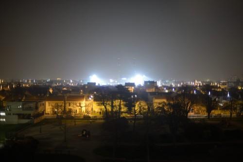 En augmentant la vitesse d'obturation, on arrive à distinguer les cheminées à environ 2 km derrière les lumières du stade qui sont à moins d'1 km...