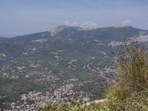 Le mont Caume (à droite, on devine la route qui y monte) depuis le sommet du Faron