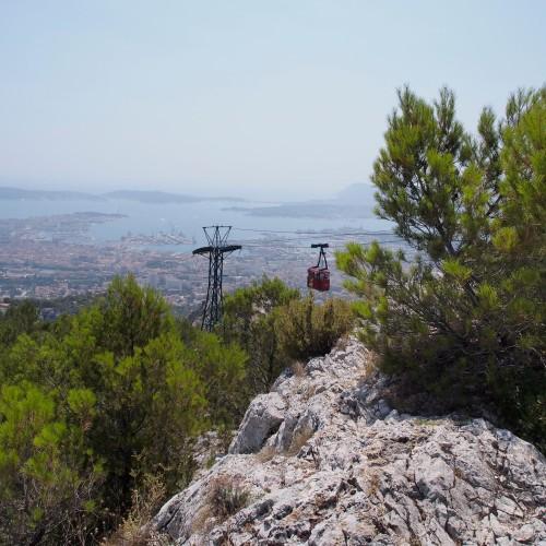 par le téléphérique du mont Faron, plus de 500 mètres au dessus de la rade de Toulon