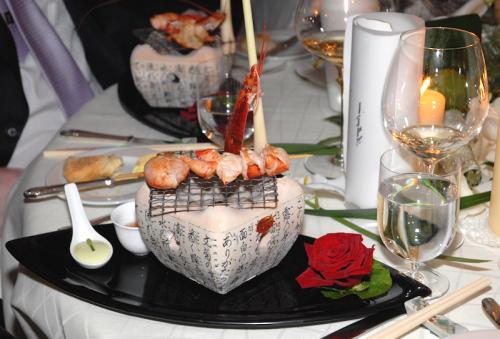 brochette de homard au feu de bois sur Hibachi, crème au Wasabi et jus de gingembre