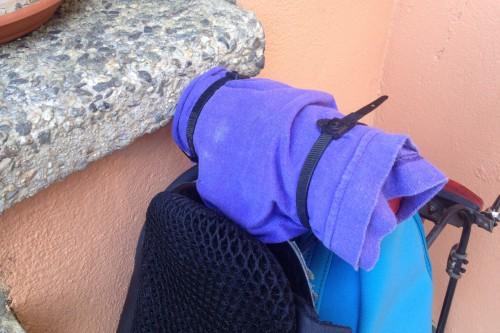 une paire de colliers pour fixer un tissus pour la transpiration, de la ficelle ferait tout aussi bien l'affaire