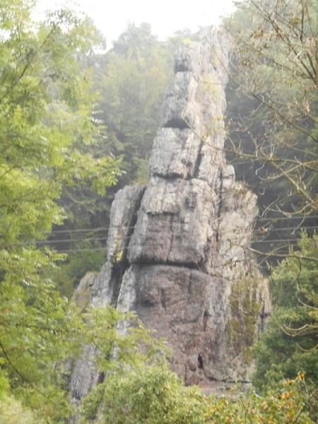 Les curieux rochers de Roche-à-Frêne…