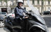 22_francois-hollande-roule-en-scooter-de-marque-italienne