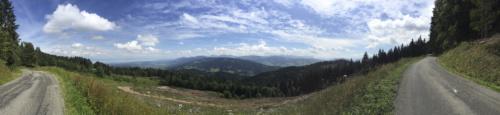 Voilà la vue du sommet (enfin, juste avant), le Léman à gauche, et la vallée verte à droite